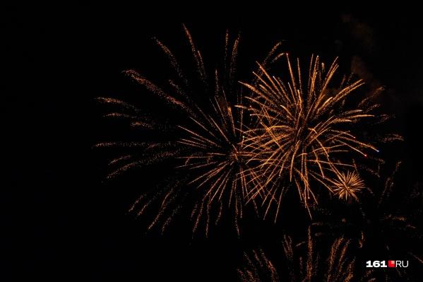 Фейерверк начался в 21:54 после поздравления сити-менеджера и шоу флайбордистов