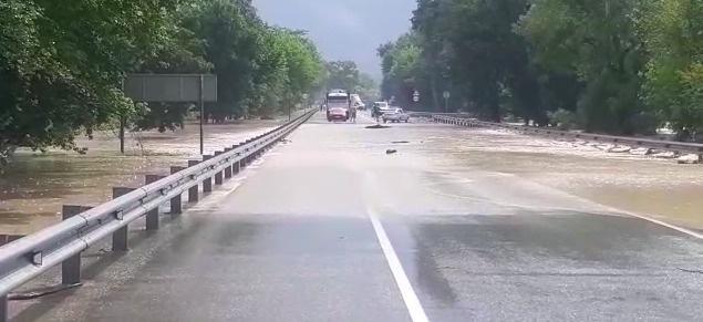 Из-за потопа под Анапой закрыли дорогу в районе аэропорта