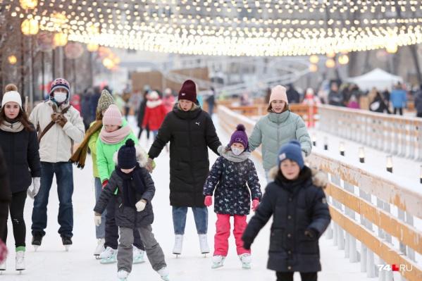 Каток в парке Терешковой залили в этом году прямо на прогулочных дорожках. Площадка оказалась самой популярной у любителей кататься на коньках