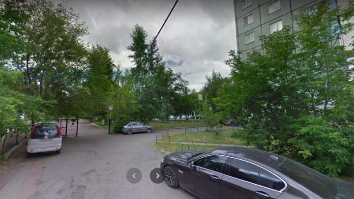 В центре Красноярска напали на школьниц. Они утверждают, что им угрожали ножом и отобрали портфели
