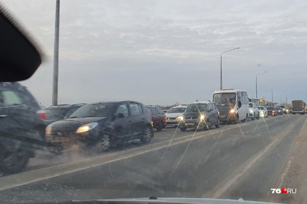 На Октябрьском мосту движение в сторону Заволжского района сейчас затруднено