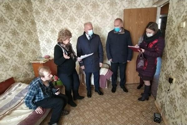 Помочь Анатолию (крайний слева) удалось в последний момент