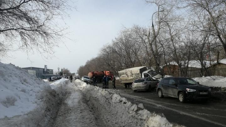 Цистерна вылетела в сугроб: последствия массового ДТП на Дзержинского сняли на видео