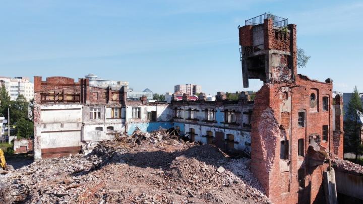 Кирпичный полутруп: что происходит за уцелевшей стеной пивзавода Суркова, который ждет реставрации