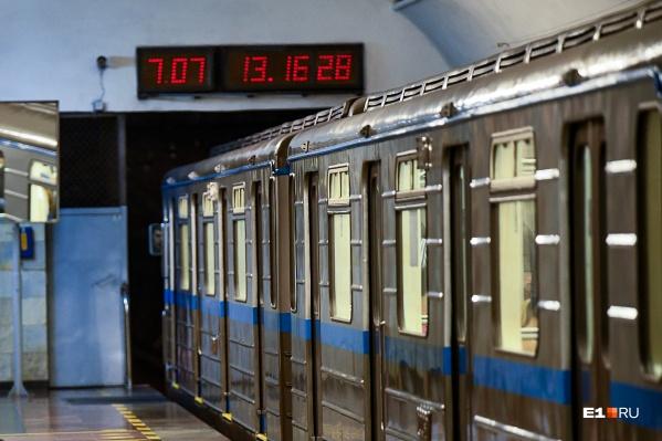 На станциях уральской подземки обновят все электронные часы