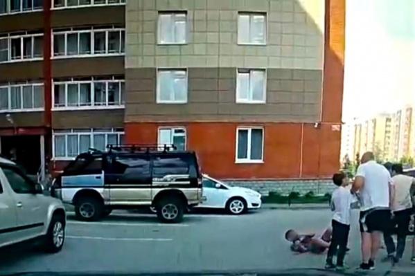 Мужчина ударил мальчика на глазах у сверстников во дворе многоэтажки в Краснообске