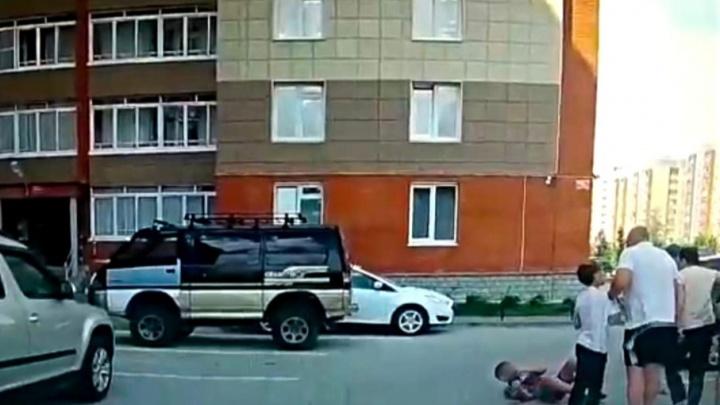 Следователи завели дело на мужчину, избившего ребенка во дворе многоэтажки в Краснообске