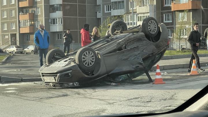 На Сортировке после ДТП Lada Vesta опрокинулась на крышу