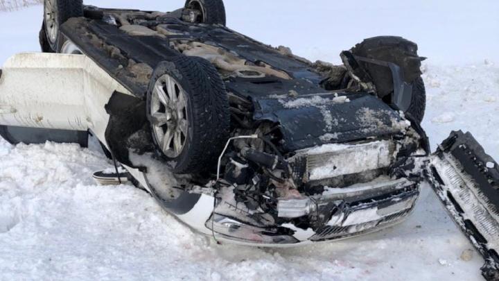Вылезали через окна: автомобиль «Ауди» вылетел с дороги и перевернулся, уходя от столкновения