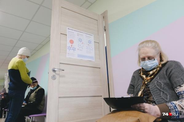 Пока пожилым людям разрешили прививаться только двумя из четырех вакцин
