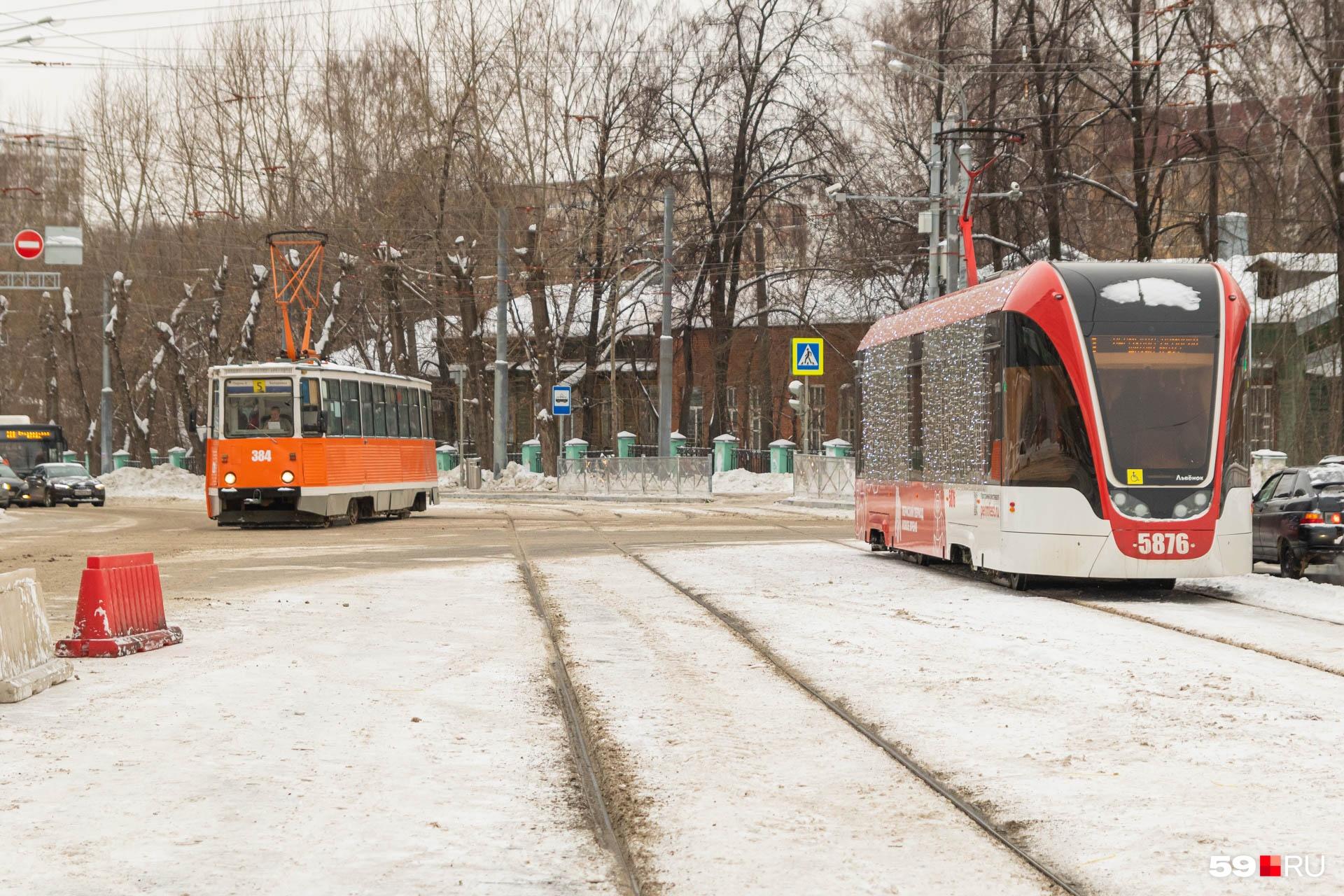 На Куйбышева трамвай поворачивает в сторону рынка