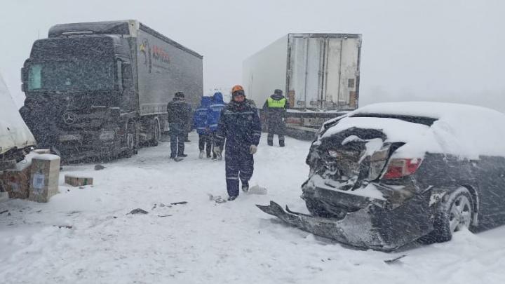 Шесть машин столкнулись на заснеженной трассе в Ростовской области, погибли два человека