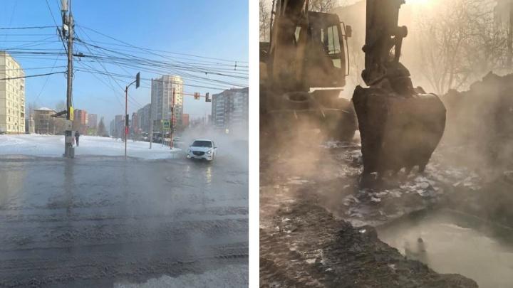 Во время ремонта водопровода на Комсомольском проспекте хлынула вода и затопила улицу
