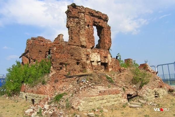 Руины дома директора «Баррикад» на «Острове Людникова» разрушаются с каждым годом всё больше