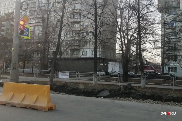На Комсомольском проспекте из-за замены бордюров ограничено движение по первой полосе