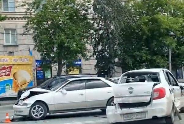 В центре Новосибирска столкнулись три машины: двух человек увезли на скорой