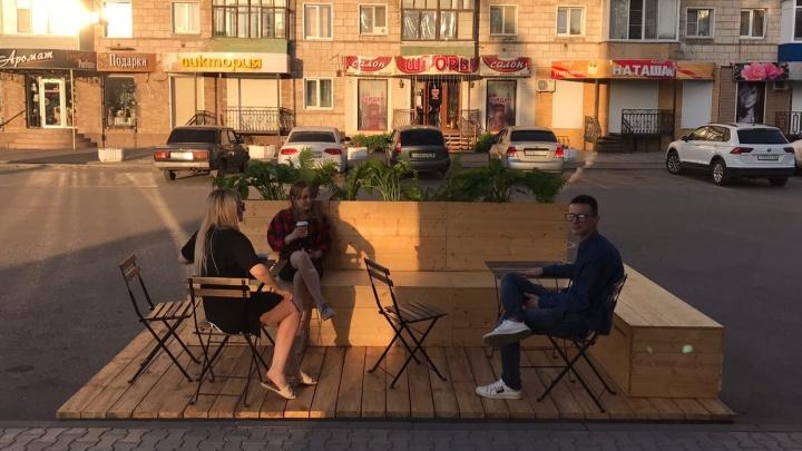 Забрали у водителей, отдали пешеходам: под Волгоградом архитектор создал первый в России парклет