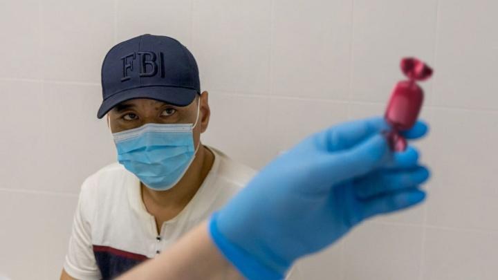Березовская больница зазывает людей на вакцинацию стихами и конфетами