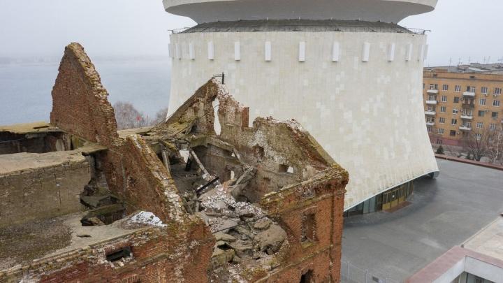 Вроде и ветер был несильный: смотрим на последствия обрушения на мельнице Гергардта