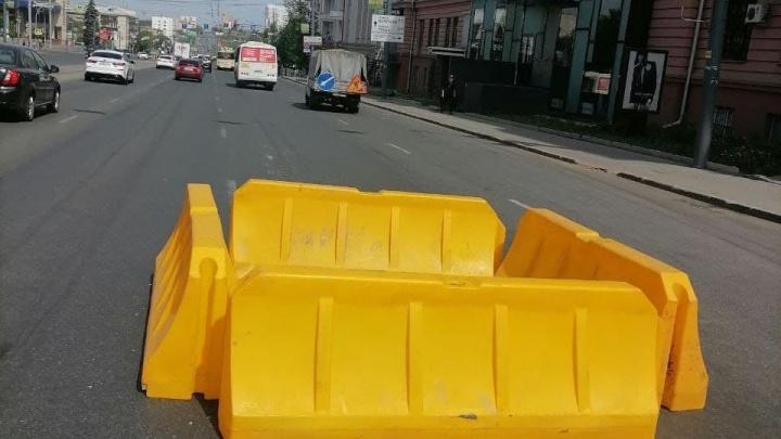 В центре Челябинска на проезжей части провалился асфальт