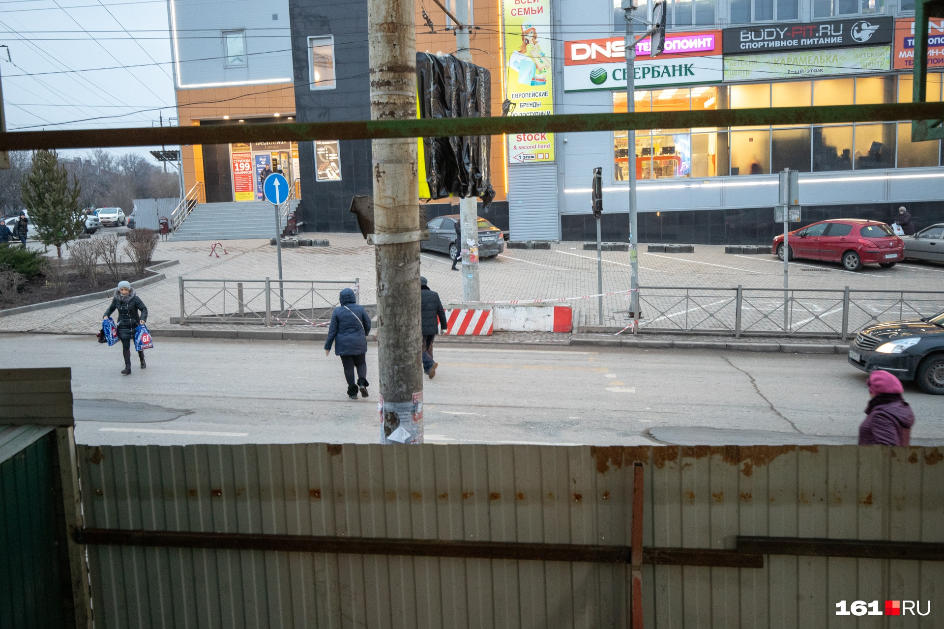 Люди переходят дорогу даже под завешенным знаком