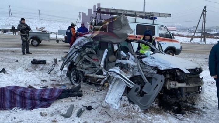 Водитель «Мазды» влетел под грузовик на выезде из Красноярска и погиб