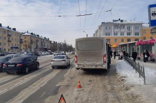 Женщина поскользнулась и упала под автобус
