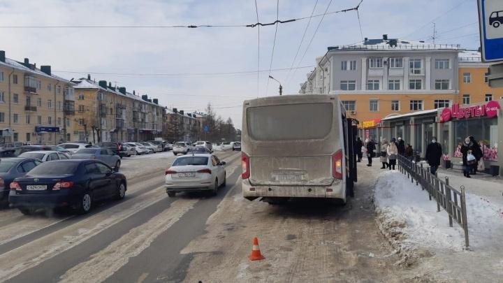 Наледь, красный свет или ошибка водителя: публикуем версии ведомств, почему автобус переехал женщину