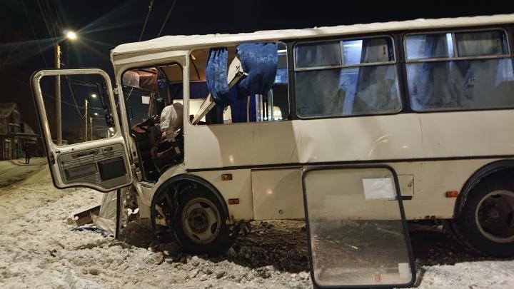 В Челябинске маршрутка развалилась, врезавшись в столб. Раненого водителя вытаскивали пассажиры