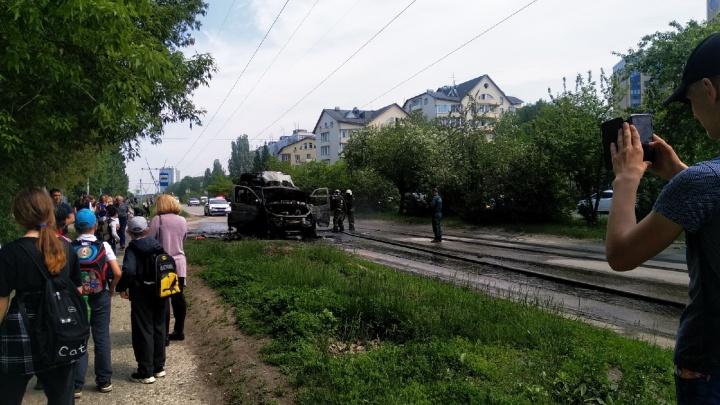 В Академгородке выгорела маршрутка — что осталось от микроавтобуса, в котором пострадал водитель