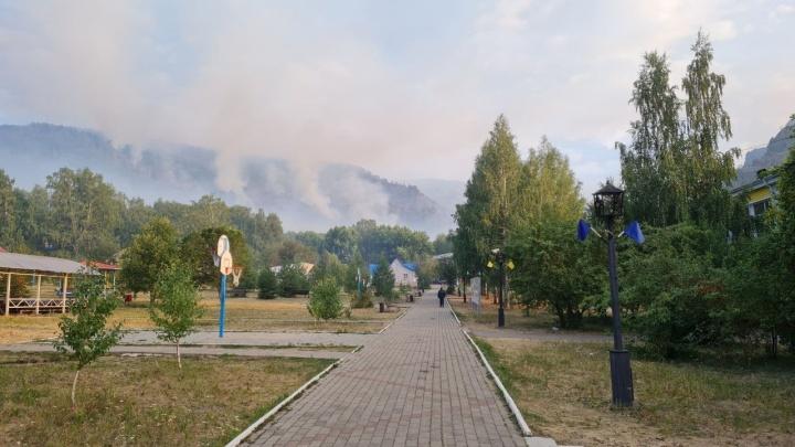 В Башкирии локализовали крупный пожар возле детского лагеря