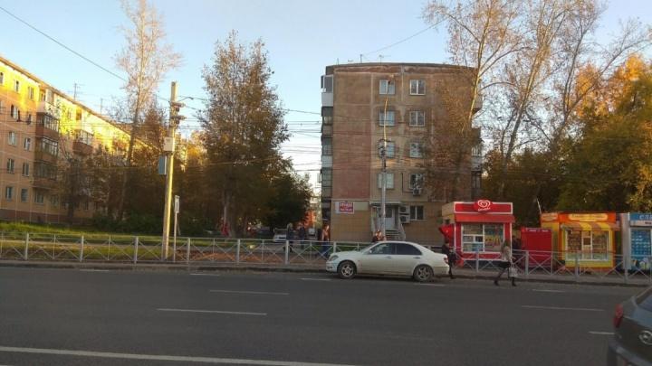 В квартире на улице Есенина в Новосибирске нашли мертвым молодого мужчину
