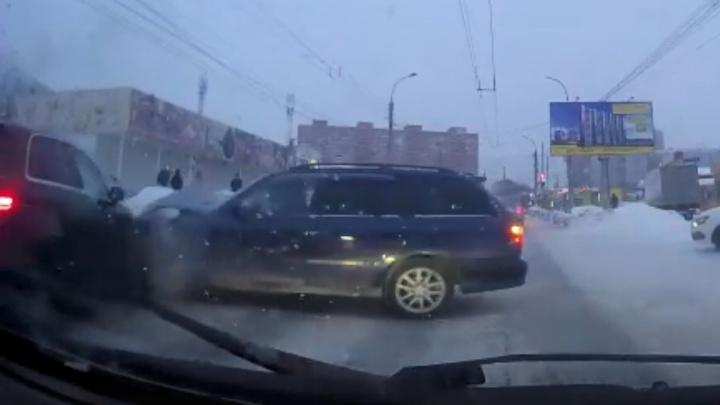 Добрый водитель пропустил «Мазду», и ее тут же протаранила «Ауди». Надо ли оказывать медвежьи услуги на дороге