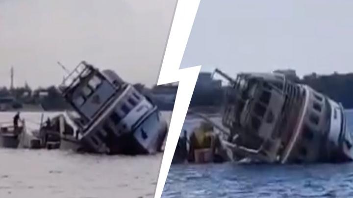 «Сейчас перевернется!»: появилось видео затопления теплохода «Барракуда»