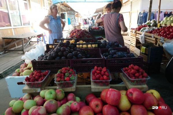 Павильоны на Воскресенской. Здесь продают ягоды и фрукты из Москвы, Краснодара, Азербайджана