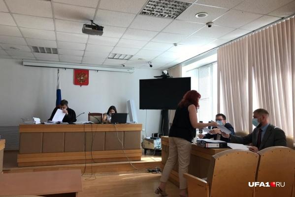 По арбитражному делу «мэрия против ПСК-6» стороны по-прежнему представляют Руслан Валеев и Юлия Гинзбург