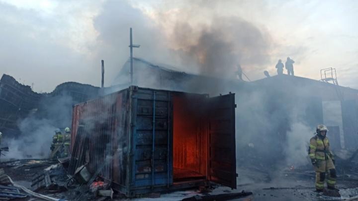 На Нефтезаводской загорелся хозяйственный корпус недалеко от ПАТП-7