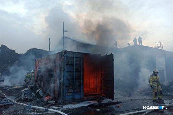 Площадь пожара составляет 300 квадратных метров
