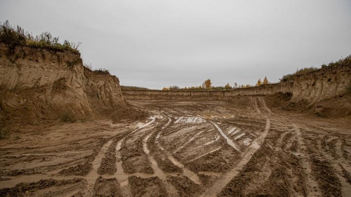 Расхитители карьера. Новосибирцы пожаловались на незаконную добычу глины — они боятся, что дома поползут