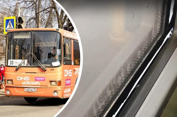 В Ярославле выпустили в рейс автобус с отваливающимся окном