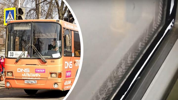 «В стиле сафари»: в Ярославле выпустили в рейс автобус с отваливающимся окном