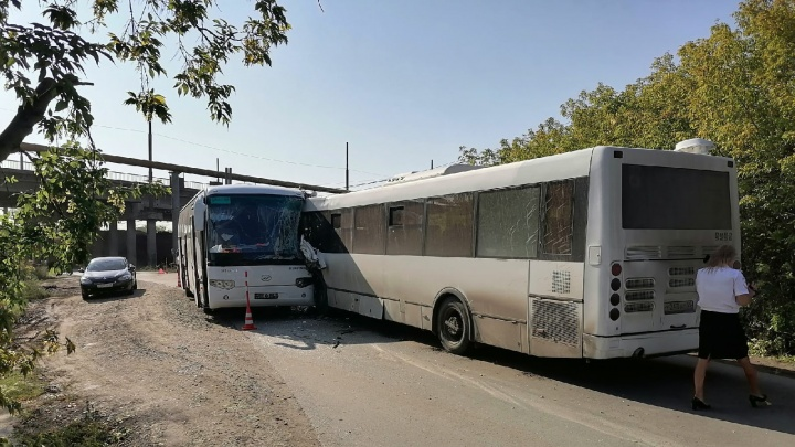 В промзоне Омска столкнулись два корпоративных автобуса — пострадали три человека