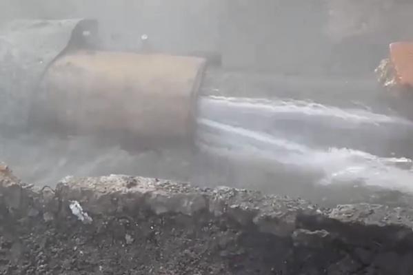 Из сломанной трубы хлещет кипяток
