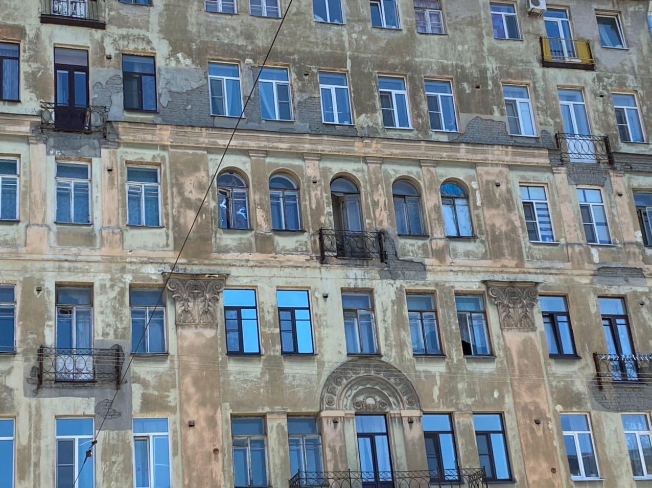 Джульетта, смотри под ноги. Демонтаж аварийного балкона стал сюрпризом для нового собственника
