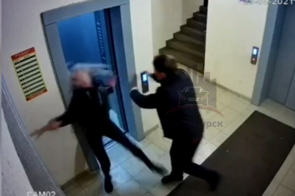 Девушка отлетела и ударилась головой — мужчина силой хотел завести ее в лифт