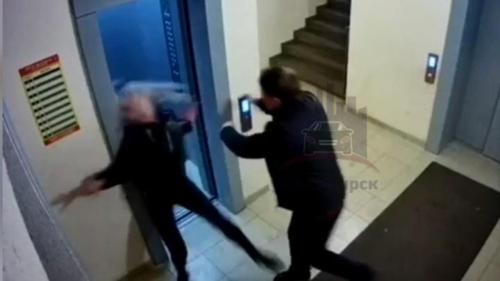 Бьет — значит любит: избитая в лифте красноярка простила своего возлюбленного