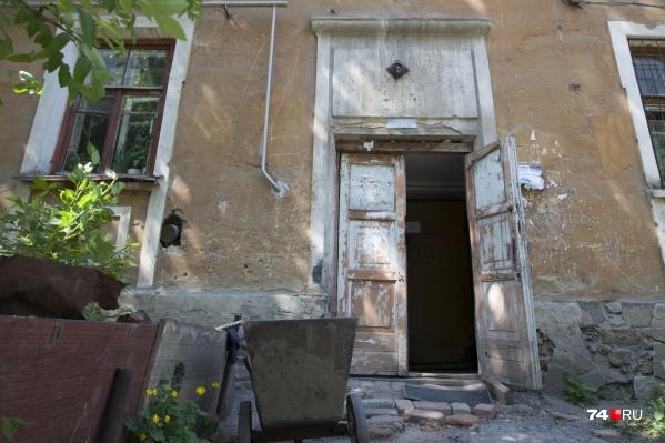 Девять семей из Барсово больше двух лет жили в аварийном доме