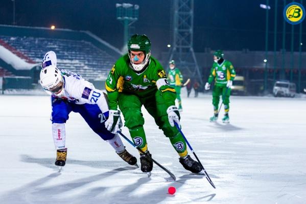 Команды сыграли вечером 20 февраля на стадионе «Труд» в сильный мороз