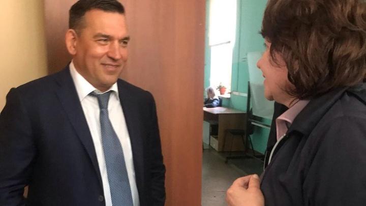 «Да, там ободранные стены, но зато внутри всё чисто»: мэр Новокузнецка — о школах города