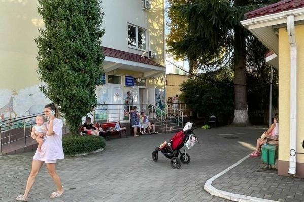 Так выглядит инфекционная детская больница в Адлере, ждать своей очереди перед входом можно несколько часов